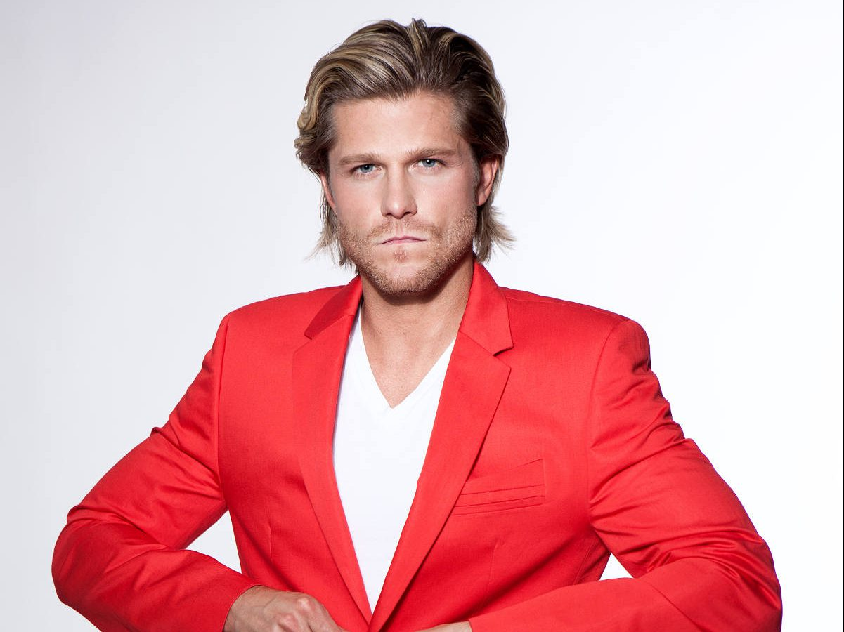 Paul Janke im roten Anzug Homestory Valerie Gerards