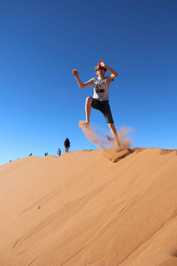 Sprung von der Düne Namibia Safari mit Kind