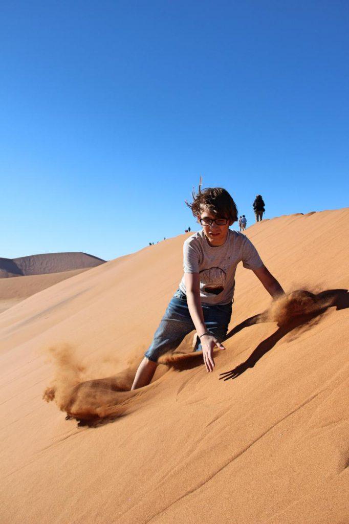 Namibia Safari Reisen mit Kind Purzelbaum die Düne runter