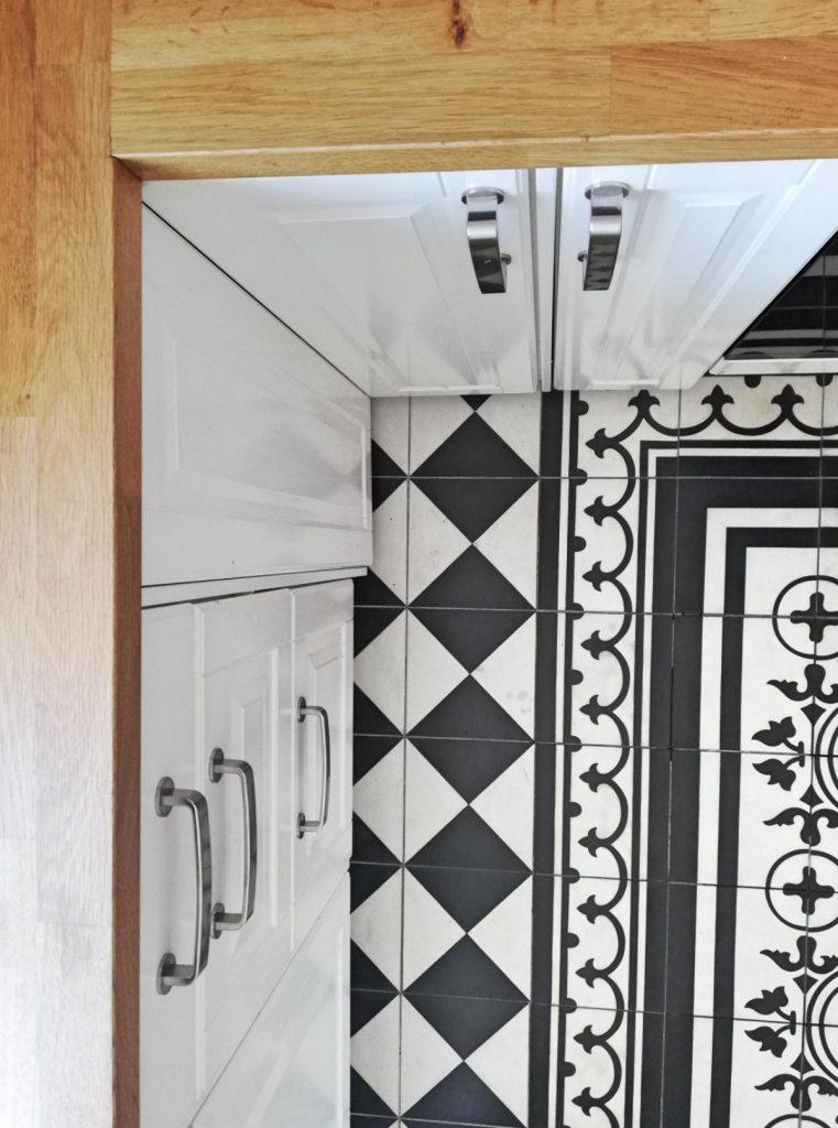 Homestory Zu Besuch bei Eric Dane Valerie Gerards Lifestyleblog Küche portugiesische Zementfliesen