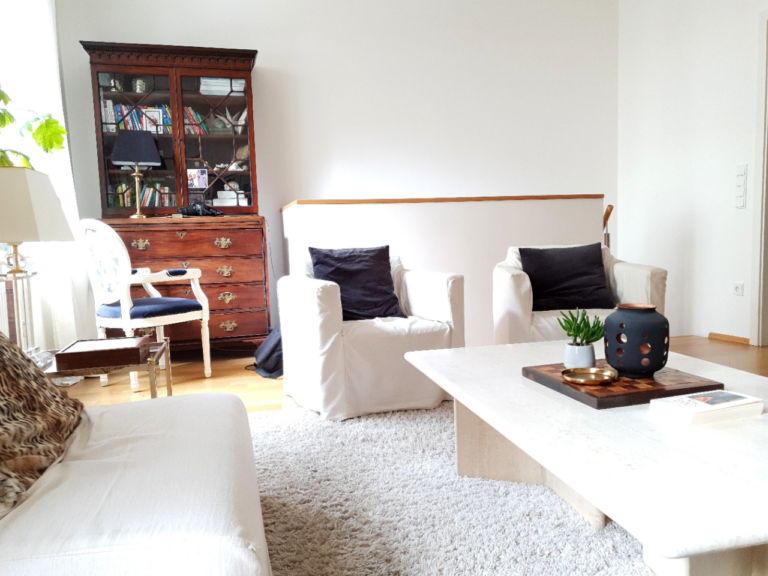 Wohnzimmer, einrichten, Einrichtungsideen, Altbau, klassisch einrichten, Antiquitäten, Sesselhusse, Sofahusse, DIY, weiß, livingroom, decor ideas, white living, Couchtisch, Marmor, Travertin, Tisch