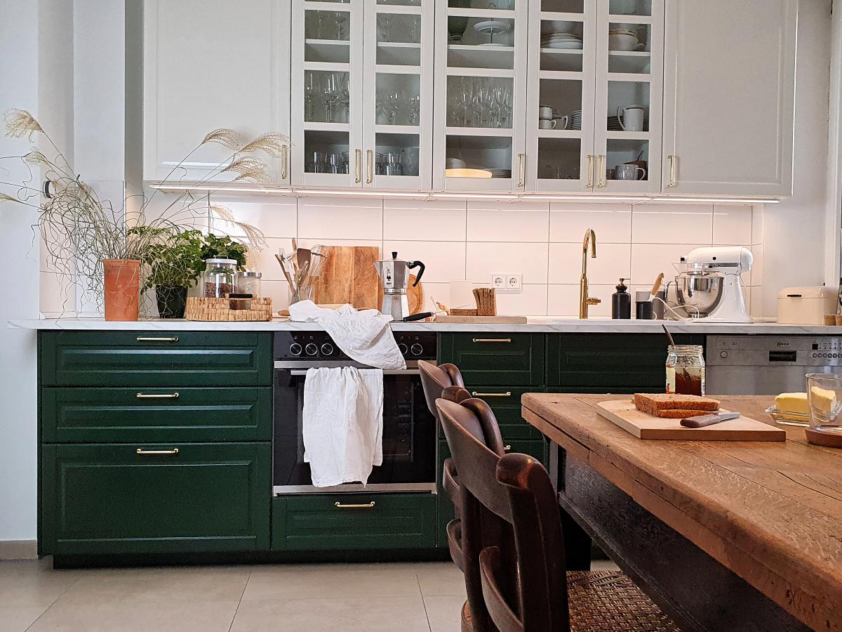 Es gibt einen Küchentrend, der ganz klar die Gegenwart definiert: Eine zweifarbige Küche. Beachte diese simplen Tricks, damit oben und unten zusammenpassen.