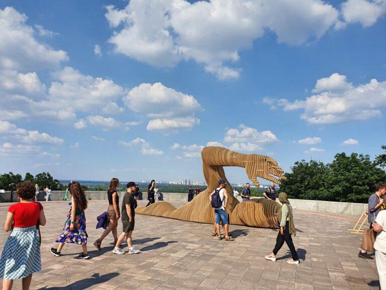 Städtetrip Kiew Schwimmer Denkmal aus Holz am Bogen der Völkerfreundschaft